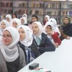 طالبات يعرضن مبادرة حول مخاطر وسائل التواصل الاجتماعي