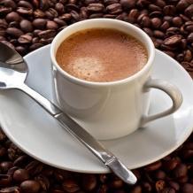 ارتباط شرب القهوة بانخفاض خطر الإصابة بمشاكل نُظم القلب