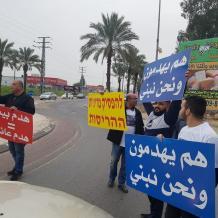 أهالي قلنسوة يغلقون مدخل المدينة احتجاجا على سياسة هدم البيوت