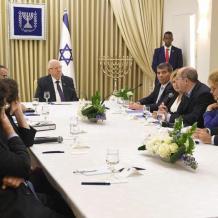 الرئيس الاسرائيلي يبدأ مشاورات تشكيل الحكومة.. ما فرص نتنياهو وغانتس؟