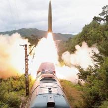 """صور: كوريا الشمالية تطلق """"قطار الصواريخ"""""""