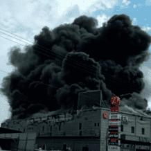 شاهد: اندلاع حريق هائل بمجمع تجاري في قلنسوة وإخلاء المئات