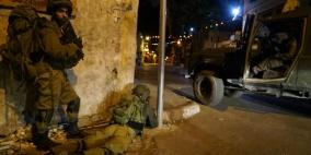 قوات الاحتلال تسرق مبالغ مالية وتصادر مركبات