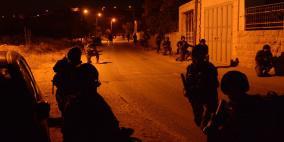 اعتقال 14 مواطنا وجنود الاحتلال يسرقون أموالا