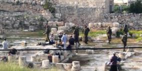 الاحتلال يسرق حجارة تاريخية