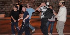 إصابة مواطنين عقب استهداف مستوطنين مركبتهما