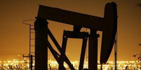 النفط يتمسك بمكاسبه