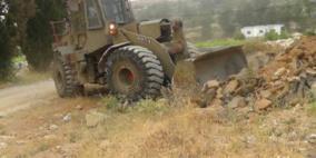 الاحتلال يجرف اراضي المواطنين في كفر الديك
