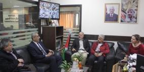 وفد من مؤسسات مجتمعات عالمية يزور بلدية قلقيلية