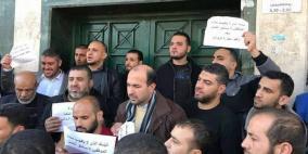 موظفو غزة يحتجون ويغلقون بنك رفضا للخصومات