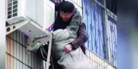 فيديو:رجل مشلول يتسلق مبنى محترقا لإنقاذ امرأة حامل