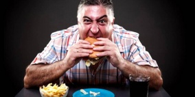 دراسة تكشف لماذا يزيد الوزن في فصل الشتاء.. الطعام وحده ليس السبب