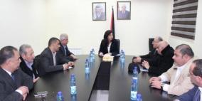 وزيرة الاقتصاد تقرر إعادة 60 موظفا الى عملهم في غزة