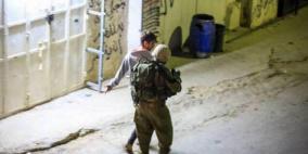 جنود الاحتلال يعتدون بالضرب على خمسة شبان بالخليل