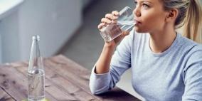 شرب الماء أثناء الأكل وبعده .. هل هو مضر أم مفيد لصحتنا