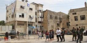 المستوطنين يخرجون من منزل ابو رجب في الخليل