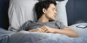 خطورة وضع الهاتف الذكي تحت الوسادات أثناء النوم
