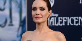 'أنجلينا جولي' تواعد رجلاً وسيماً كبيراً في السن بعد طلاقها من 'براد بيت'!