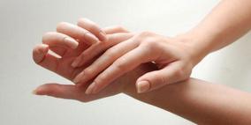 العلماء يفسرون الصوت الصادر عن فرقعة الأصابع وأضرارها