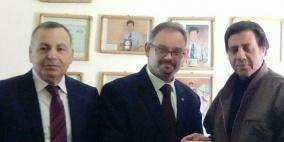 ملتقى سفراء فلسطين يكرم الفنان القدير الدكتور حسن رمزي ويزوره في بيته في الاردن.