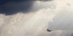 فيديو: هذا ما يحدث عندما يضرب البرق طائرة محلقة في الأجواء