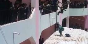 فيديو: عقاب غريب.. مدير مدرسة يرمي الطلاب من الدور الثاني