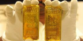 الذهب ينخفض وينهي جلسات الأسبوع على خسارة