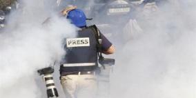 الاحتلال يصيب 5 صحفيين بغزة ويعتدى على آخرين في الضفة