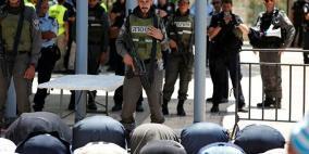 مبعدو المسجد الأقصى يصلون عند أبوابه