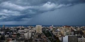 انخفاض طفيف وفرصة لزخات أمطار فوق معظم المناطق