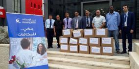 بنك الإسكان يتبرع بطرود غذائية لمخيم طولكرم