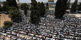 نحو 300 ألف مصل يؤدون صلاة الجمعة الرابعة في الاقصى