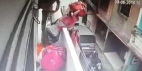 فيديو: بائعة ملابس فقدت توازنها فسقطت من الشرفة