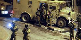 قوات الاحتلال تعتقل 30 مواطناً بينهم أشقاء وأطفال