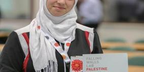 طالبة من جامعة النجاح  تفوز بالمركز الثاني في مسابقة (الجدران المتساقطة)