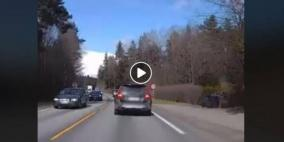 فيديو: سائق يفقد انتباهه للطريق ويتسبب في حادث مروع