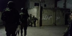 الاحتلال يداهم عدة مناطق في الخليل وينصب حواجز عسكرية