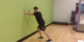 الضغط على الحائط أفضل تمرين لتقوية الجزء العلوي من جسمك