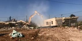 الاحتلال يجبر عائلات في بيت حنينا على هدم منازلها بأيديها