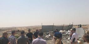 """ممثلو 12 سفارة يزورون قرية """"الزرنوق"""" بعد هدم منزل"""