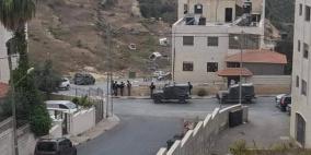 شاهد- اصابات واعتقالات عقب اقتحام الاحتلال وسط رام الله