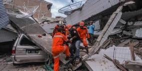 قبور جماعية.. دفن مئات من ضحايا الزلزال والتسونامي في إندونيسيا