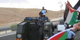 الاحتلال يحاصر الخان الاحمر والجرافات تعود للعمل في محيط القرية