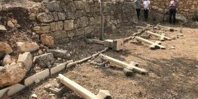 """مجهولون يعتدون على مقبرة """"دير الرهبان"""" في بيت جمال"""
