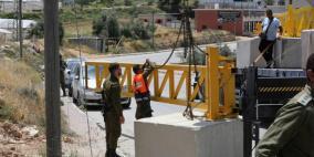 الاحتلال ينصب بوابة حديدية ويغلق مدخل بلدة حلحول