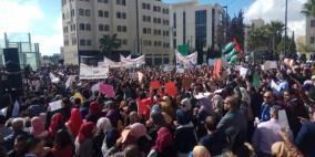 الآلاف يتظاهرون أمام مجلس الوزراء رفضًا لقانون الضمان