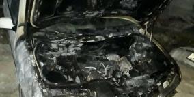 مستوطنون يحرقون مركبة ويخطون شعارات عنصرية