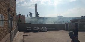 الاحتلال يستهدف مدرسة الخليل بقنابل الغاز واصابة العشرات