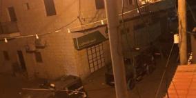 قوات الاحتلال تفجر ابواب المنازل خلال حملة تفتيش واسعة شمال طولكرم