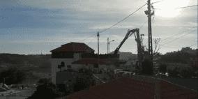 الاحتلال يهدم مبنى سكنيا ويعتدي على مواطنين بالضرب في القدس